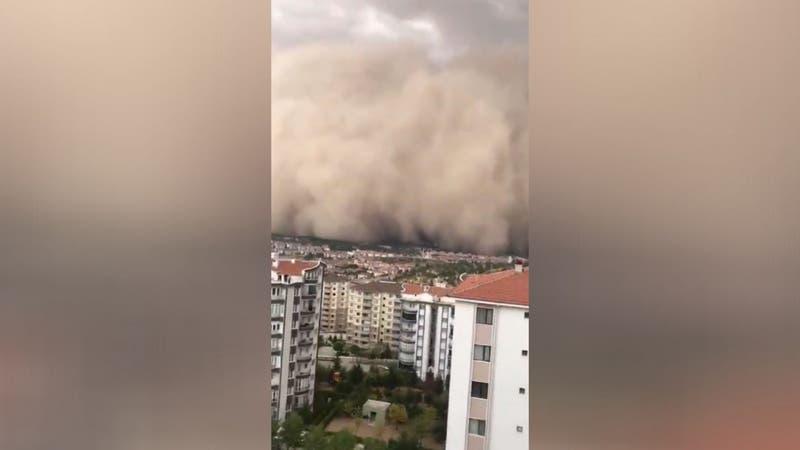 [VIDEO] Al menos seis heridos tras impresionante paso de tormenta de arena en ciudad turca