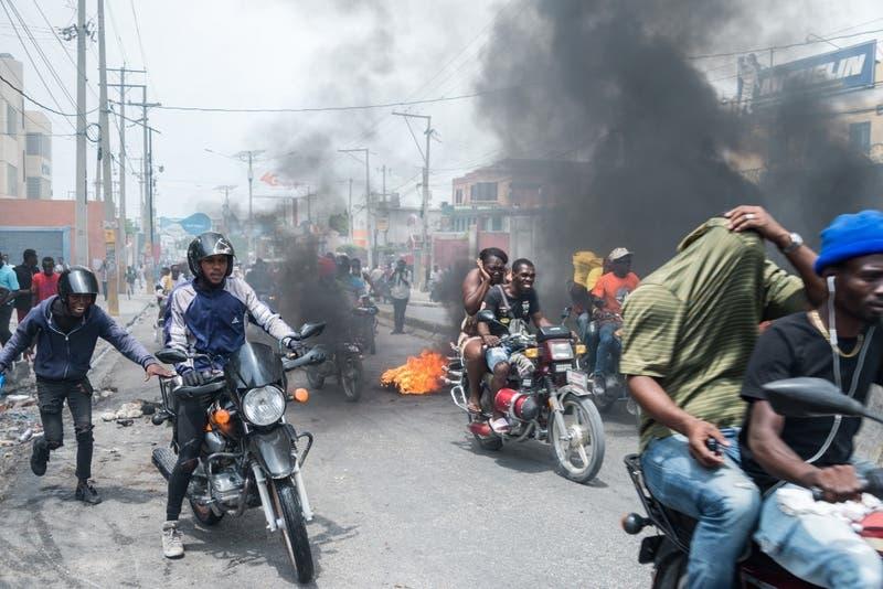 Policías de Haití protestan encapuchados y piden la liberación de un compañero preso