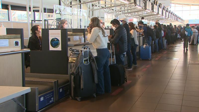 Aglomeraciones en aeropuertos: Pasajeros pierden vuelos y culpan a la aduana sanitaria