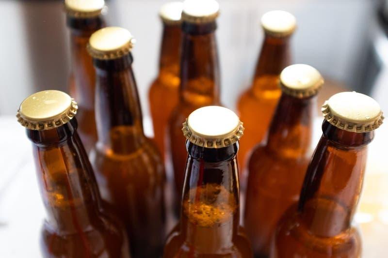 Niño de 11 años muere tras beber cinco botellas de cerveza artesanal ilícita