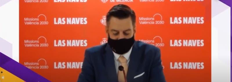 Concejal español usa mascarilla para simular que habla inglés mientras otra persona doblaba su voz