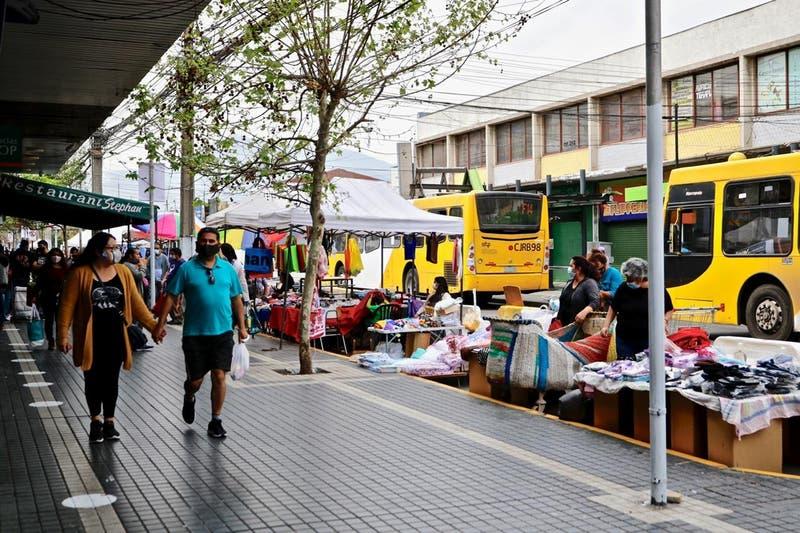 Puente Alto acomoda vendedores ambulantes en la calle para dar espacio en las veredas a peatones