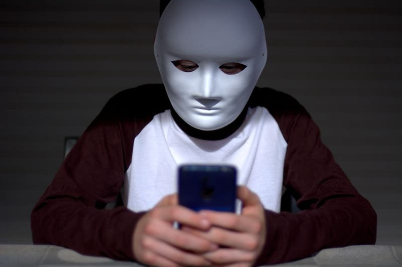 """Niño de 10 años muere tras participar en """"juego"""" por internet: ¿Cómo protegerlos de estos peligros?"""