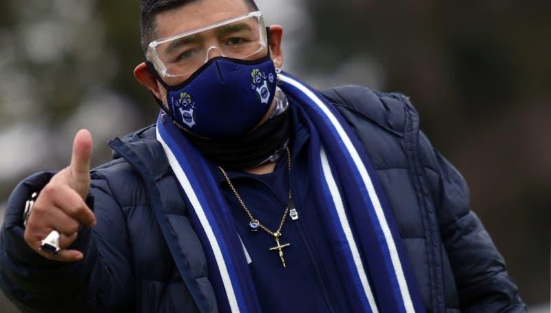 """A lo """"Buzz Lightyear"""": Maradona se vuelve viral con aparatosa mascarilla en amistoso de Gimnasia"""