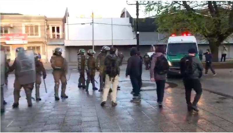 Detienen a dos funcionarios de la FACh por lanzar piedras a vehículo de Carabineros en Temuco