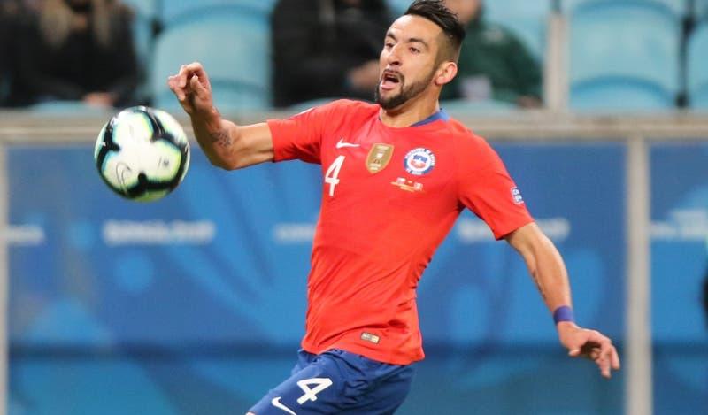 Isla sólo podrá ingresar a Chile con negativo en test de COVID y es autorizado a jugar por Flamengo