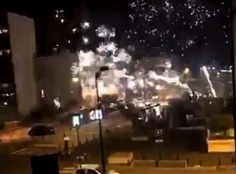 Decenas de personas atacan comisaría de París con fuegos artificiales y proyectiles