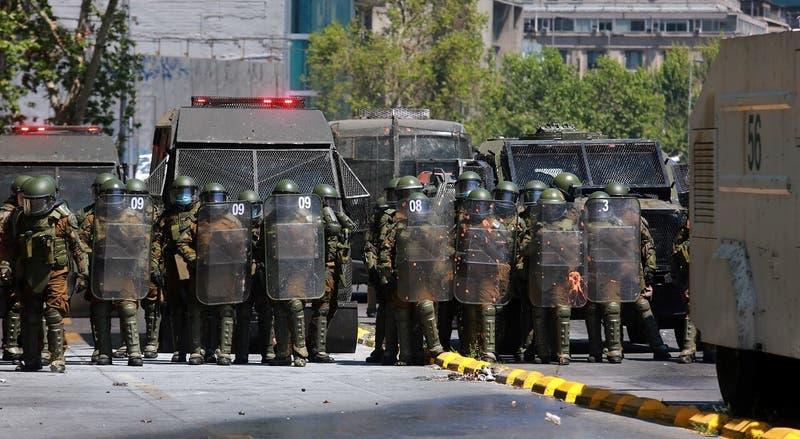 Carabineros confirma 14 detenidos tras desórdenes en la Alameda y Plaza Baquedano