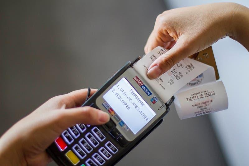 Las claves del conflicto en el sistema de medios de pagos que protagonizan bancos, retail y la FNE