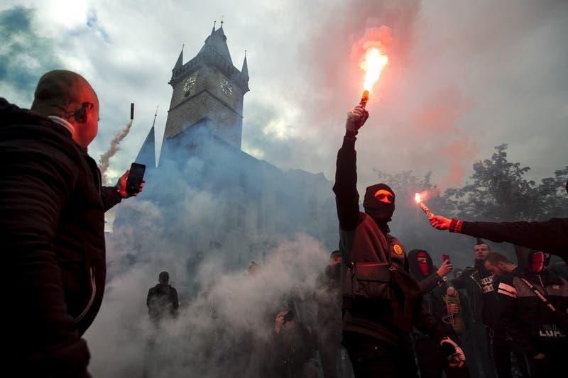 República Checa: Disturbios y enfrentamientos entre barristas y policías tras suspensión del fútbol