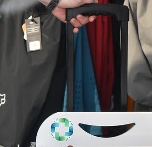 Con la forma de una maleta: Pareja de chilenos crea máquina sanitizante transportable y ecológica
