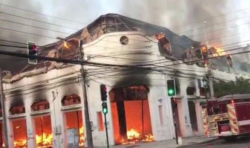 Incendio consume al menos 15 locales comerciales en céntrica galería de Talca