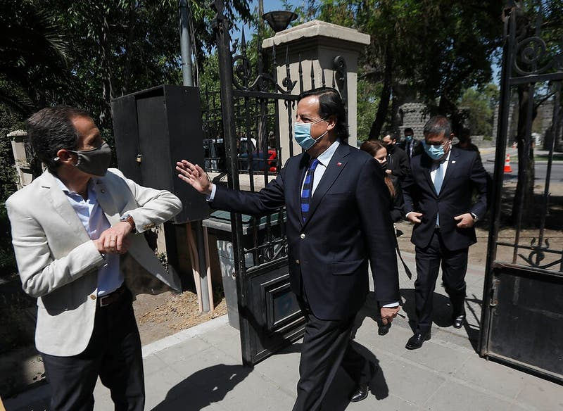 Inesperada jugada del ministro Pérez molesta a Piñera y reflota pugna UDI-RN en vísperas del 25-O