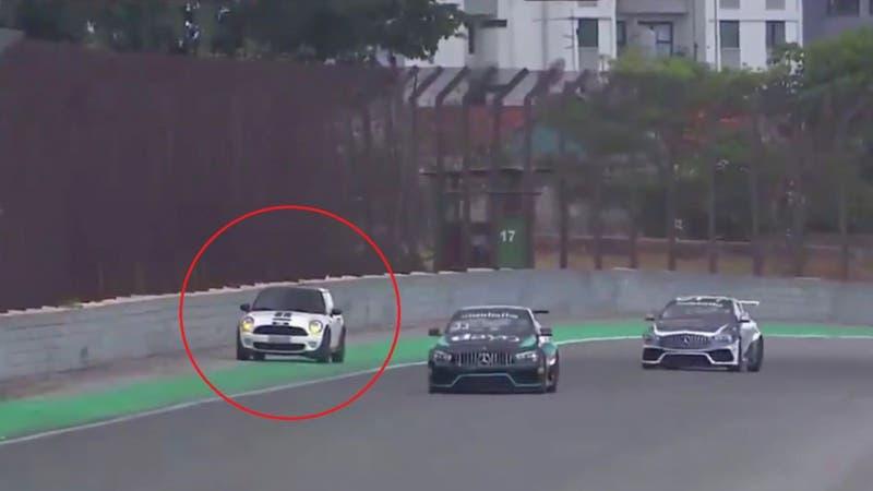 [VIDEO] Insólito: Conductora entró por error a una carrera de autos en Brasil