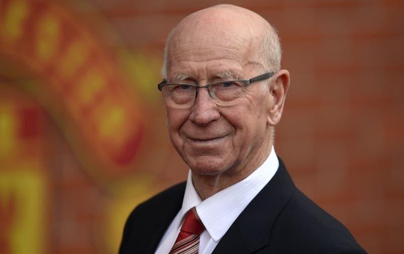 Revelan que la legendaria estrella del Manchester United, Bobby Charlton, sufre demencia