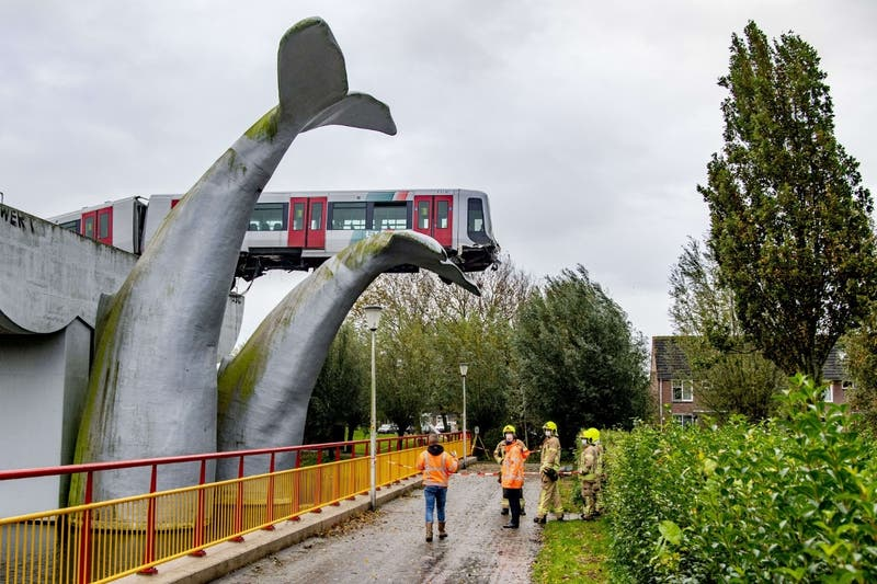 La cola de una escultura de ballena evita que un vagón de metro caiga al agua