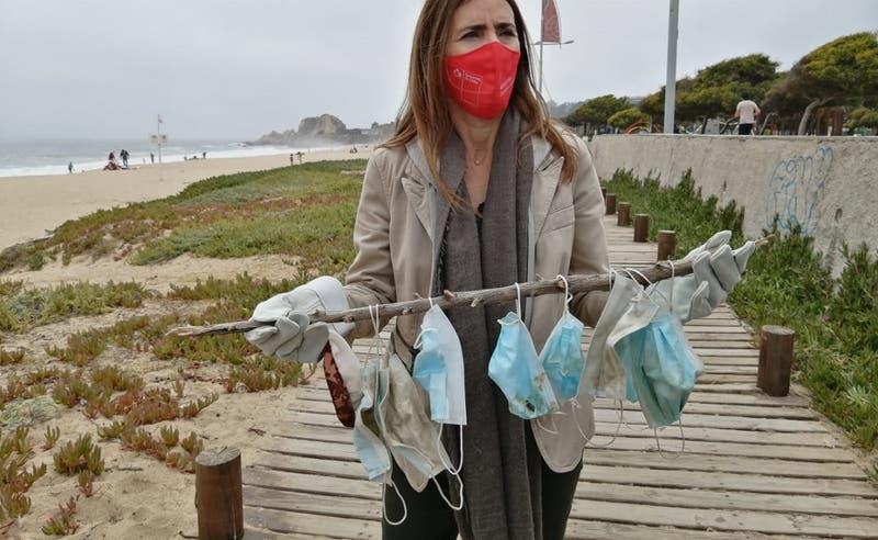 Encuentran decenas de mascarillas usadas tras operativo de limpieza en playa de Viña del Mar