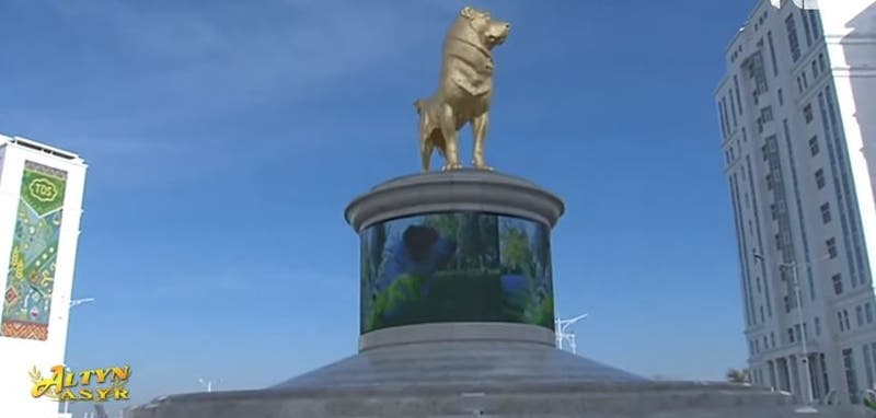 Turkmenistán inaugura estatua dorada de un perro de raza local