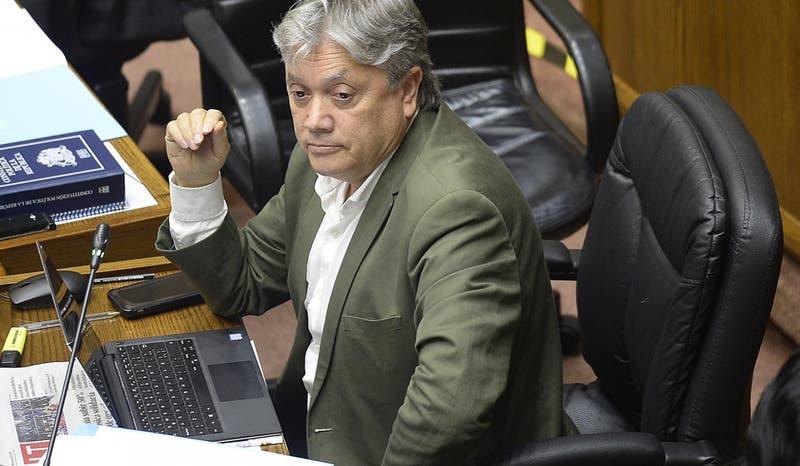 Senador Navarro continúa con ventilación mecánica tras operación de emergencia