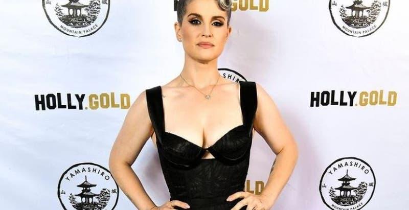 Kelly Osbourne: parche en el ojo tras accidente con maquillaje