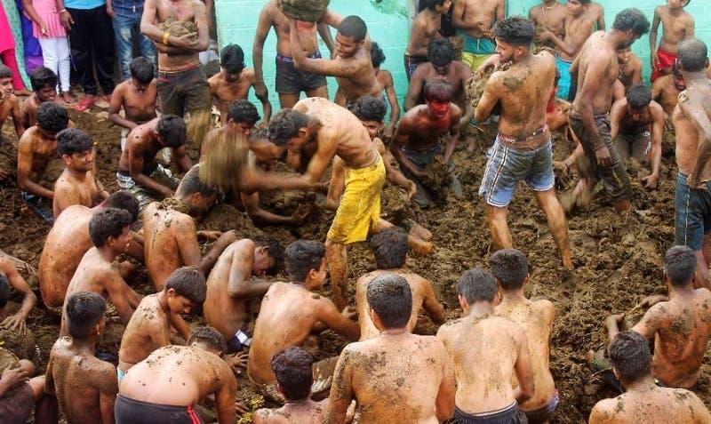 Batalla de excrementos de vaca en la fiesta de un pueblo de India