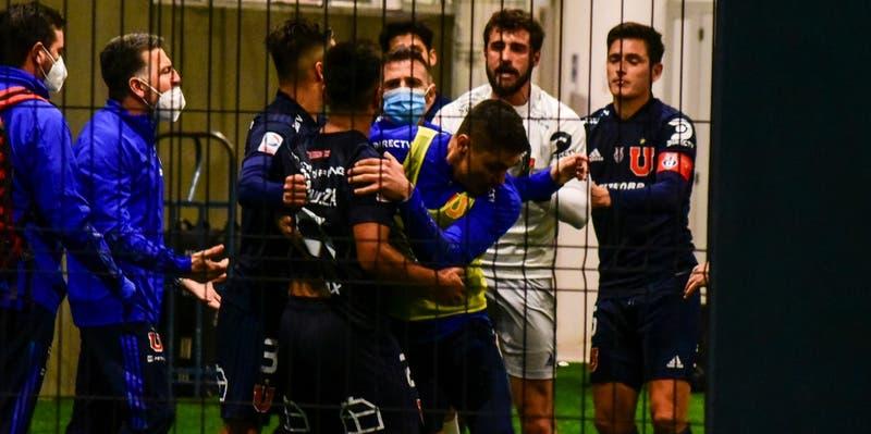 Así continuó la pelea entre De Paul y sus compañeros rumbo a camarines tras derrota de la U