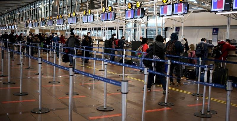 Un 76% rechaza la reapertura de fronteras a viajeros según encuesta Cadem