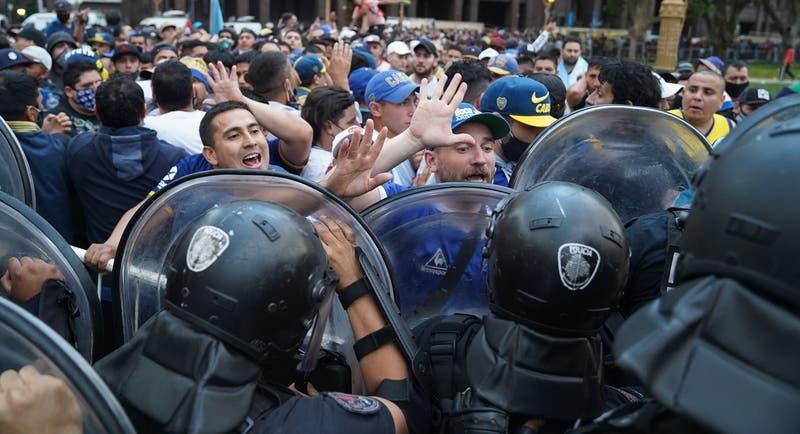 Velorio de Diego Maradona: Hinchas desbordan las medidas de seguridad frente a la Casa Rosada
