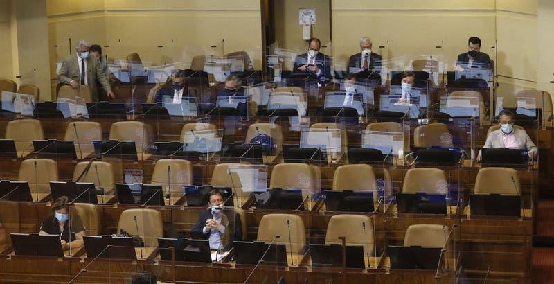 Cámara de Diputados guarda minuto de silencio por Maradona