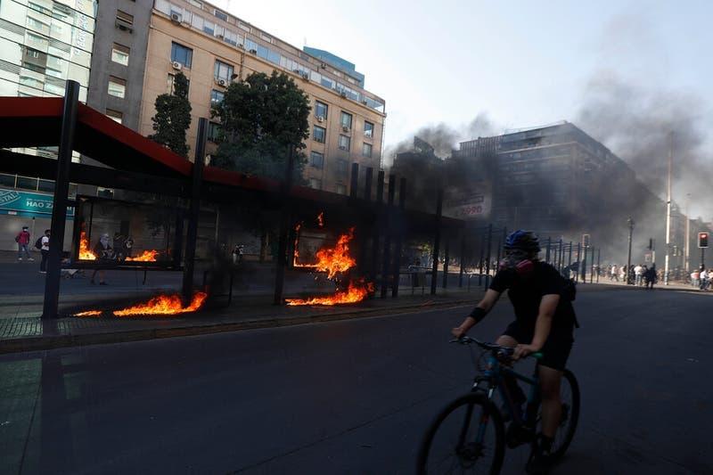 Algunos destrozos en el centro de Santiago en nueva jornada de manifestaciones