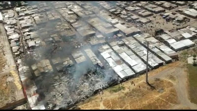 [VIDEO] Incendio afecta a toma Violeta Parra en Cerro Navia: Al menos 20 viviendas afectadas