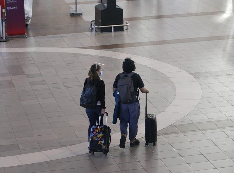 Aeropuerto de Santiago restringe vuelos nacionales por retroceso a fase 2 en la región Metropolitana