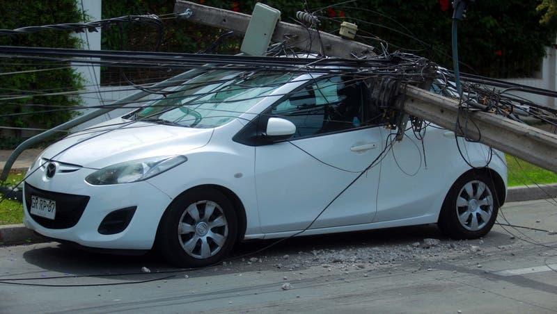 Camión derribó seis postes del tendido eléctrico en La Reina: Conductor se fugó