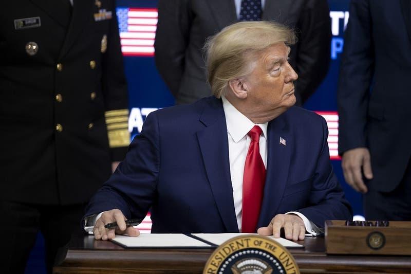 Trump exige aprobación de la vacuna Pfizer el viernes y amenaza al jefe de ente regulador