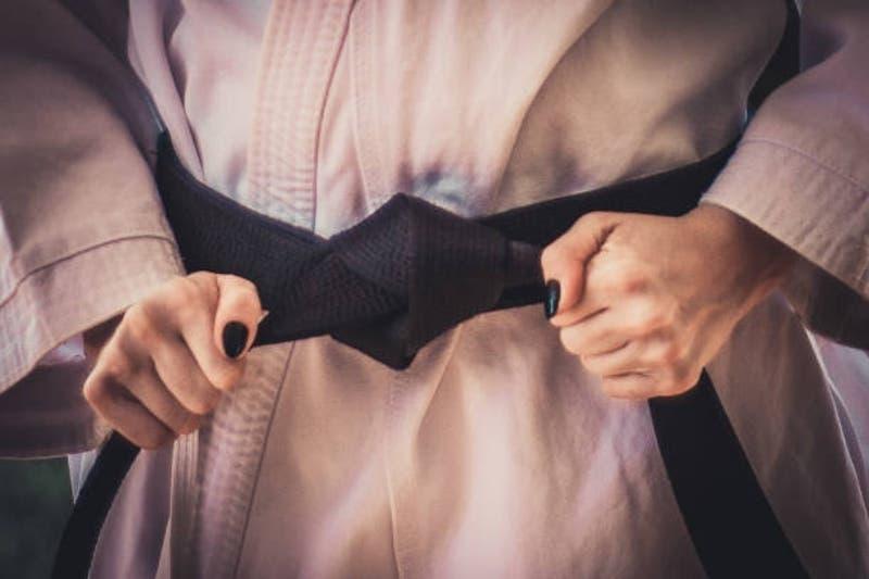 Anciana de 80 años repelió robo de dos hombres en su casa: Dominaba las artes marciales