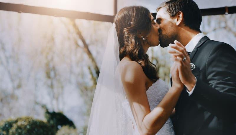 Mujer pierde la memoria y olvida a su marido, pero él la reconquista y se casarán de nuevo