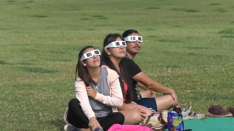 Eclipse en el resto del país: Millones de chilenos vieron el fenómeno astronómico