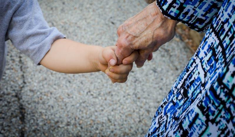 Abuelos son detenidos tras ser acusados de estrangular a su nieto de 2 años y arrojarlo a un horno