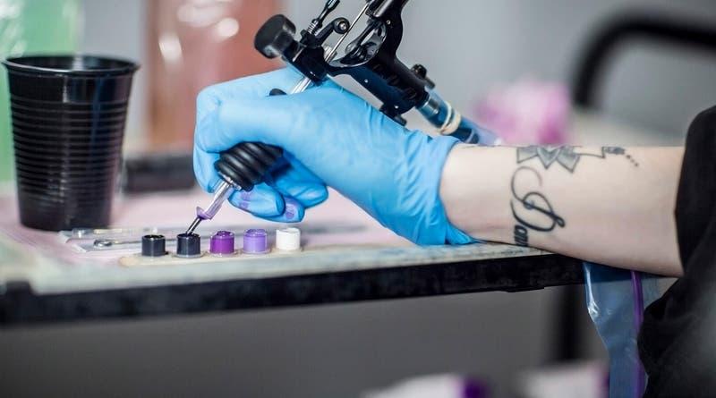 Hombre pagó por costoso tatuaje en su pierna y el decepcionante resultado se hizo viral