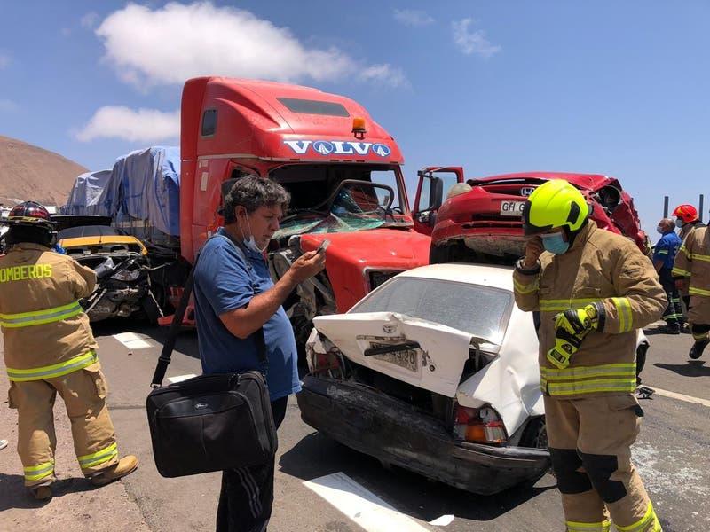 Colisión múltiple involucra al menos a diez vehículos en ruta de Alto Hospicio a Iquique