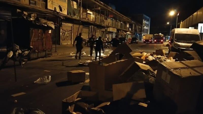 Comercio ambulante se impone en Meiggs: Desinstalan toldes y se vuelven a poner