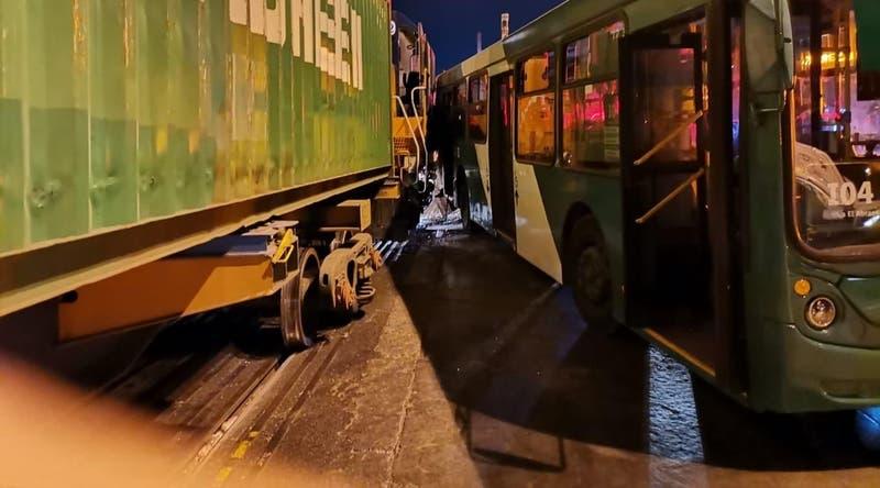 Bus del Transantiago choca con tren de carga en la comuna de Maipú