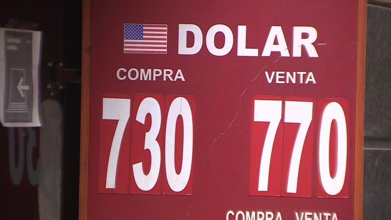 Dolar cae en 140 pesos: Precio de autos, bencinas y carne bajaría en enero