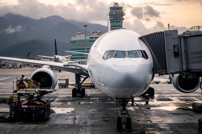 Hombre murió a bordo de un avión con síntomas de COVID-19 en Estados Unidos