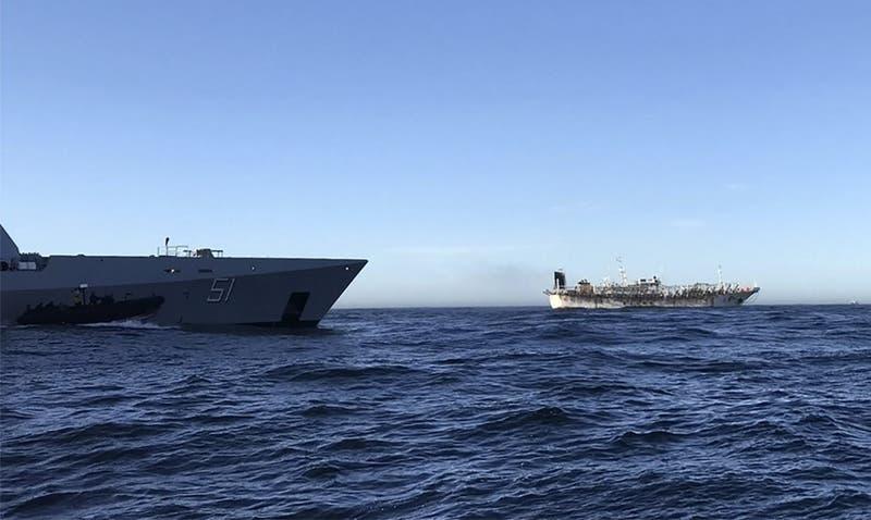 """Sernapesca en alerta por presencia de 104 barcos chinos: """"Están a lo largo de todo Chile"""""""