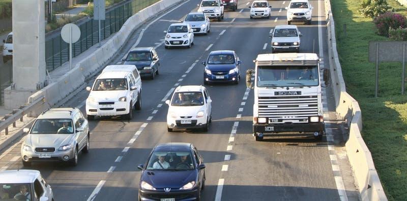 Carga de cervezas cae desde un camión y genera congestión vehicular en Américo Vespucio Norte