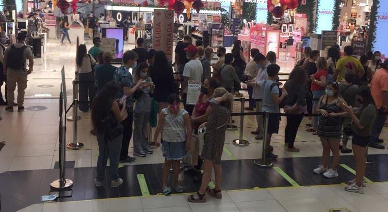 Largas filas y aglomeraciones en centros comerciales marcan la antesala de Navidad en pandemia