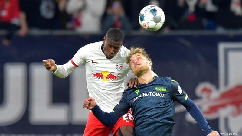Futbolistas piden investigar secuelas neurológicas de remates de cabeza