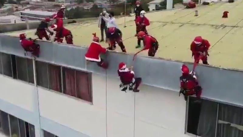 """Bomberos se """"colgaron"""" del techo del Hospital Carlos Van Buren para saludar en navidad a niños"""
