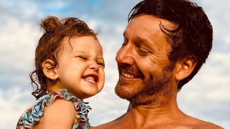 """""""Dándolo todo"""": Benjamín Vicuña se vistió de viejo pascuero para sorprender a su hija"""